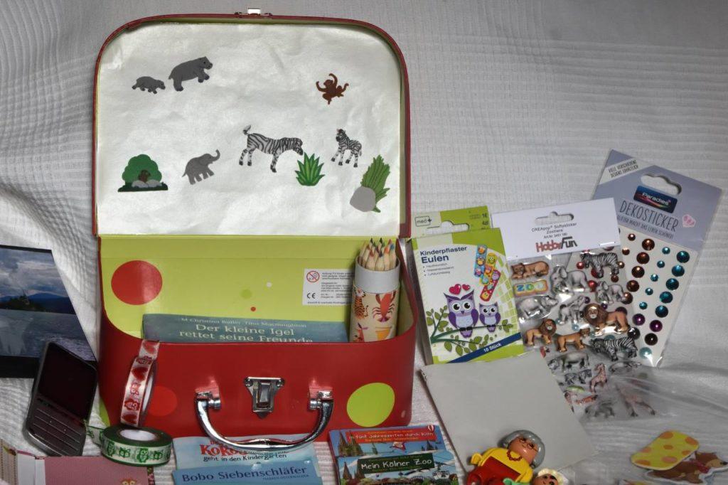 Spielkoffer Innenseite mit Trägerpapier für Sticker